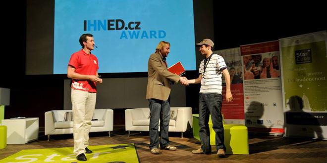 Estudiantes refugiados reciben el primer premio en una competición de innovación en California